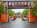 Vierhonderd Zweden naar de Fanzone op de Willemstraat