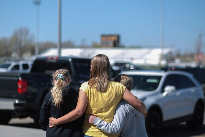 Leerlingen van de school troosten elkaar na de schietpartij.