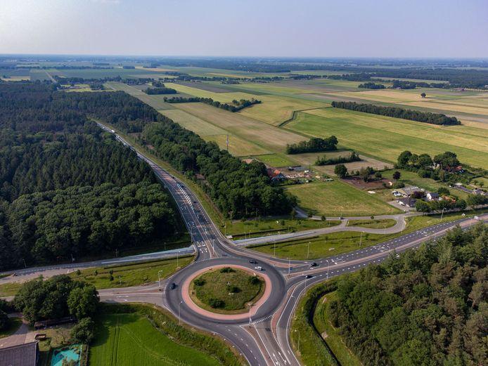 De rotonde bij Witte Paal, waar de N34 en N36 samenkomen. De gemeenteraad van Hardenberg wil dat beide wegen veiliger worden en vindt dat ook Hardenberg zelf daar aan bij kan dragen.