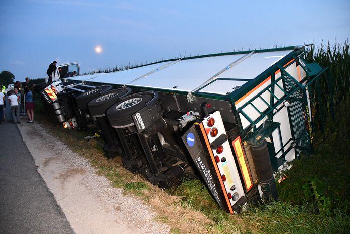 Een vrachtwagen raakte bij Kruiningen in de berm en gleed daarna door in een greppel.