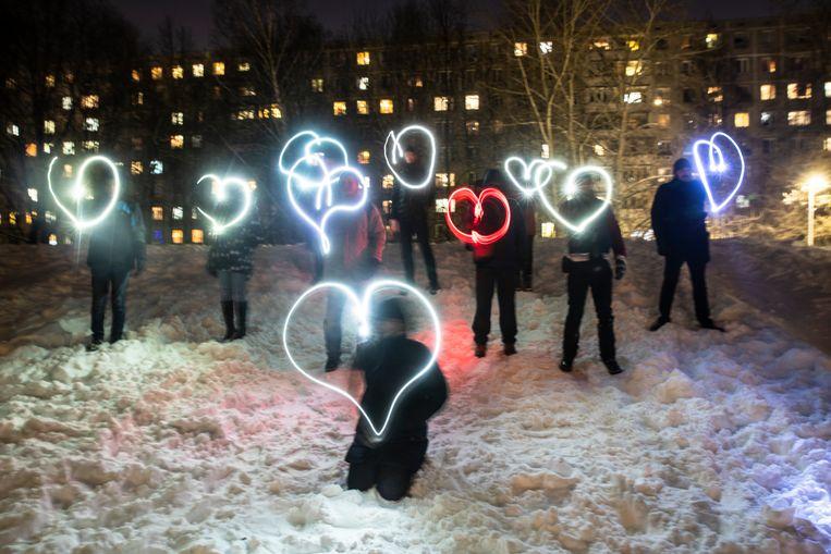 Demonstranten tonen hun steun voor de Russische oppositieleider Aleksej Navalny, die zaterdag voor de rechter wordt verwacht. Hij gaat dan in hoger beroep tegen zijn veroordeling tot een jarenlang verblijf in een strafkolonie. Beeld AP
