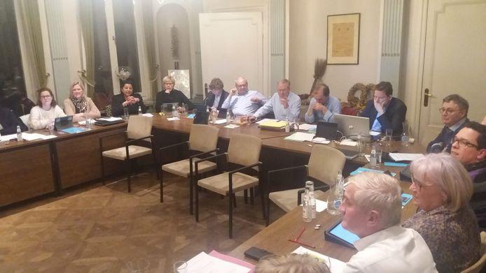 Gemeenteraad Wielsbeke, of toch een deel ervan, want de zaal is zo klein dat je niet alle raadsleden ineens op de foto kan zetten.
