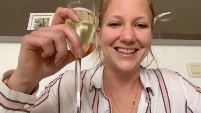 Valerie Snoeck giet zich een drankje uit en nodigt haar kijkers uit om hetzelfde te doen. En dan begint ze te vertellen...