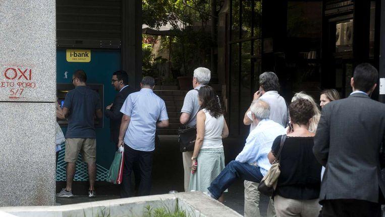Grieken in de rij voor de pinautomaat. Beeld anp