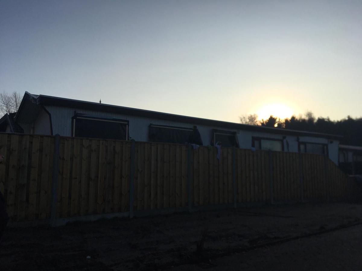 Do politie doet op een woonwagenkamp in Steenbergen onderzoek naar de vermiste Belg Johan van der Heyden.