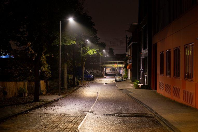 Nachtelijke blik op de Zeeburgerkade in Oost. Het dimmen of zelfs doven van straatverlichting gaat ten koste van het veiligheidsgevoel.  Beeld Maarten Brante