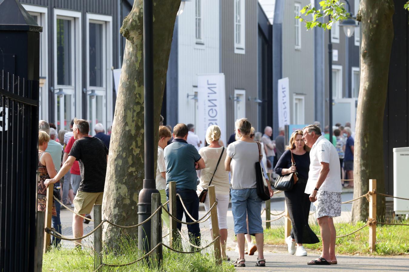 De eerste mogelijkheid om de coronaprik te laten vastleggen in het gele boekje trok woensdagavond mensen van heinde en verre naar Nijverdal.