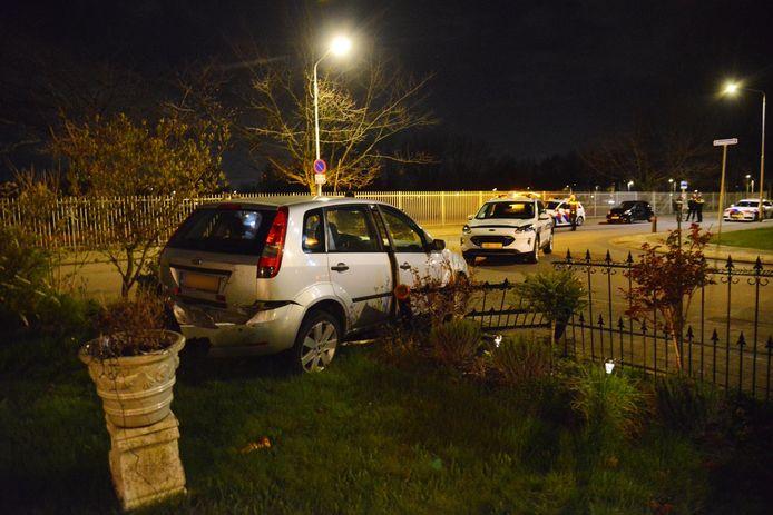 Een auto komt door een ongeluk in een voortuin terecht.
