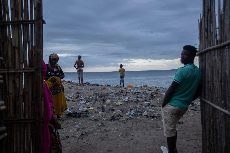 Wachten op hulp aan de kust van Paquitequete. Beeld AFP