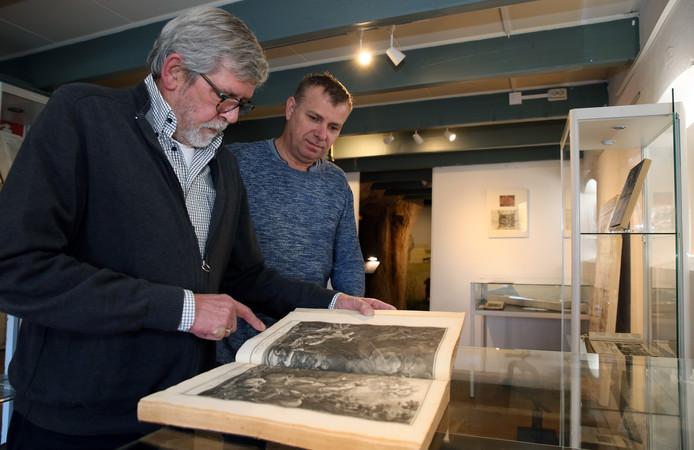 De bestuursleden Jan Schilperoord (l) en Walter Hattink van het Drukkerijmuseum in Meppel in de tentoonstellingsruimte.