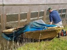 Bas probeert de gezonken bootjes in de grachten van Vathorst te redden: 'Het zijn er wel een paar honderd'