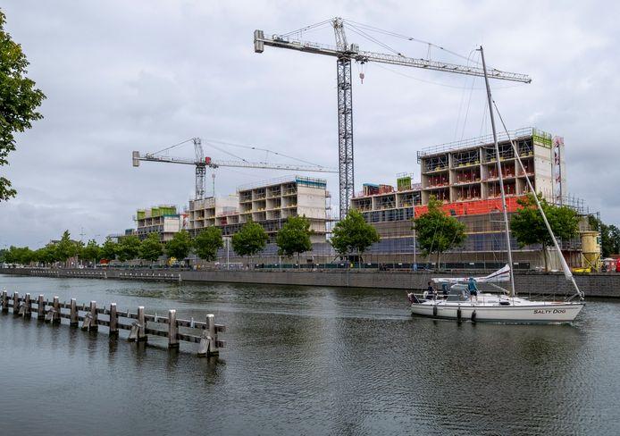 De studentenhuisvesting aan de Kanaalweg, gezien vanaf het centrum, is in aanbouw.