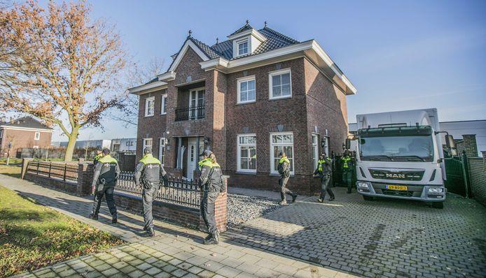 De politie-inval bij de woning aan de Koolzaadweg in Berghem.