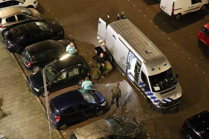 EODD doet in bompak onderzoek naar mogelijk explosief bij auto Lisztstraat Delft.