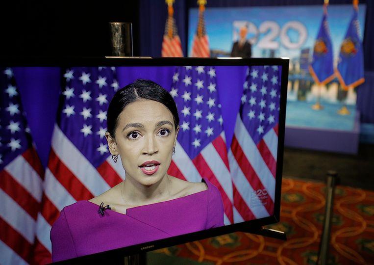 Alexandria Ocasio-Cortez aan het woord op de Democratische Conventie, die online doorging.  Beeld EPA