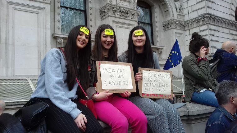 Demonstranten bij de Cabinet Office, de residentie van de 'vice-premier'. Beeld Patrick van IJzendoorn