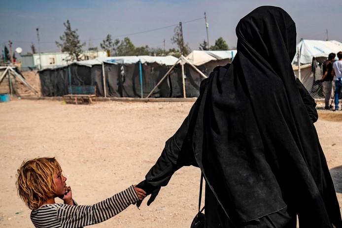 Recent beeld van een gevangene en haar kind in het Syrische kamp Al Hol, waar onlangs twee Nederlandse IS-vrouwen blijken te zijn ontsnapt.