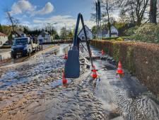 Groot waterlek veroorzaakt sinkhole in Soest: lantaarnpaal zakt weg