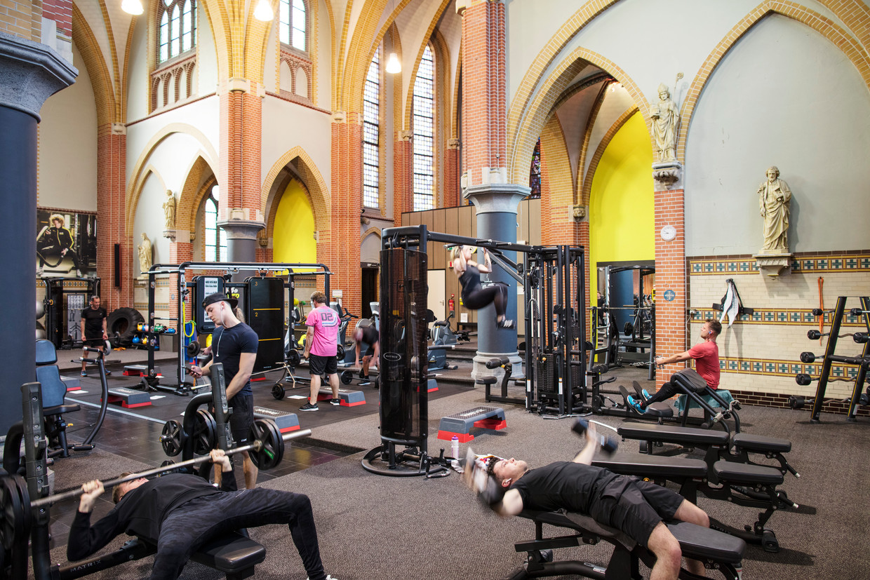 In de leegstaande Sint-Willibrorduskerk in Zeilberg (gemeente Deurne) is nu een sportschool gevestigd.