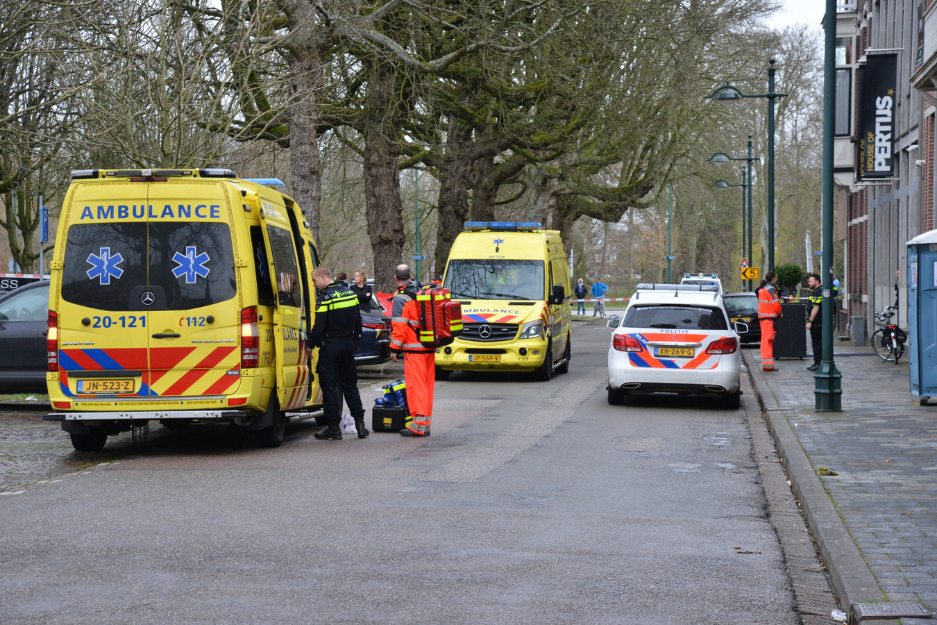 Hulpdiensten bij de juwelier in Breda, die woensdagochtend is overvallen.