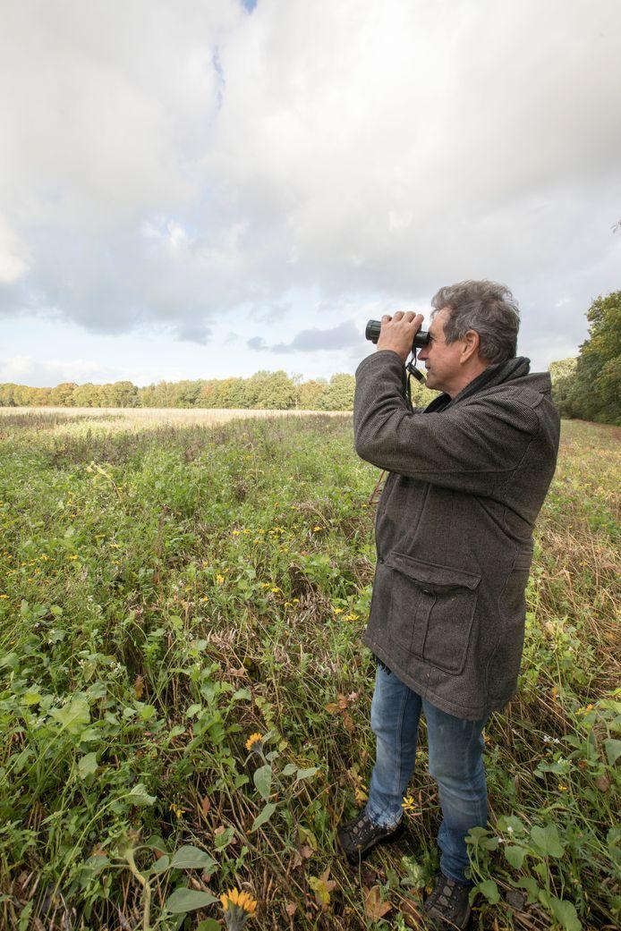 Vogelaar Jan Kolsters speurt naar nieuwkomers op de Eerselse akkers.