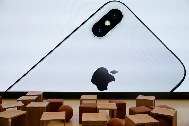 Projectie van een iPhone X in het nieuwe Apple-bezoekerscentrum in het Californische Cupertino. Beeld REUTERS