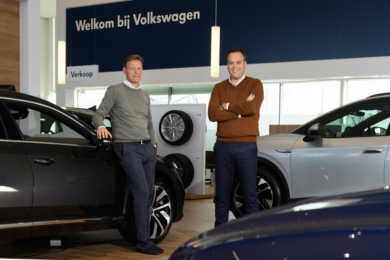 Directeuren Marco Golbach en Theodoor Vis van Huiskes-Kokkeler maken zich zorgen over de autobranche. Vanwege niet geleverde chips loopt de levertijd van nieuwe auto's flink op.