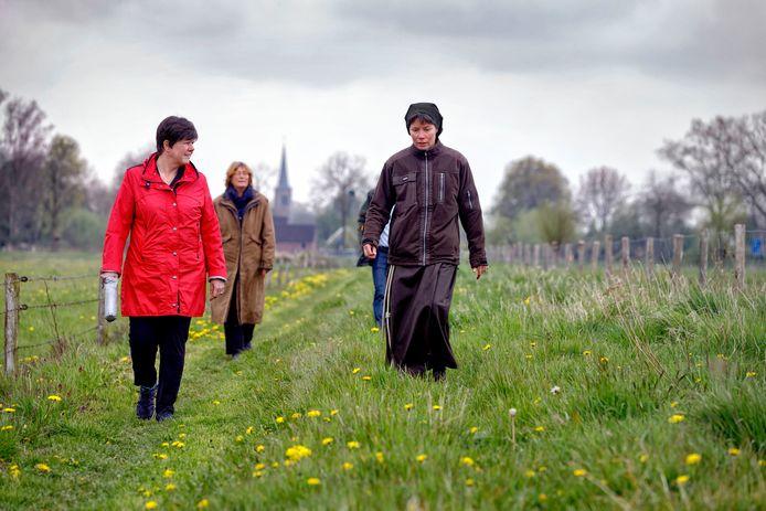 Commissaris van de Koning Ina Adema (links) en burgemeester van Oss Wobine Buijs (daarachter) lopen samen met zuster Johanna en kwartiermaker Jasper van Deurzen de eerste kilomwters van Ons Kloosterpad. De eerst etappe ging van Haren (op de achtergrond)  naar Megen.