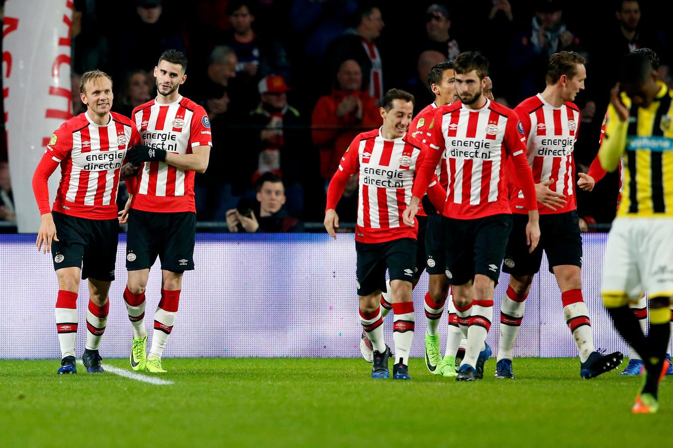 De PSV'ers vieren de goal van Siem de Jong (links).