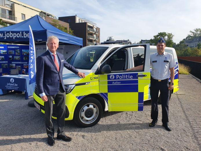 Burgemeester Pieter De Crem en commissaris Tim D'Haene bij één van de combi's.