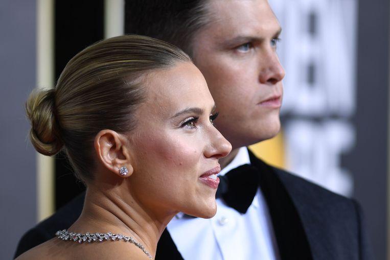 Scarlett Johansson en verloofde Colin Jost op de rode loper.  Beeld AFP
