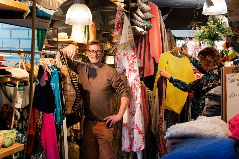 In de dorpsstraat in De Koog, Texel, heeft Erik Koper twee kledingwinkels.  Beeld Olaf Kraak