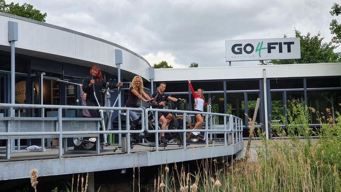 Op dit terras bij de Go4Fit-vestiging in Wijchen komen twee squadrekken te staan, zodat mensen ook buiten kunnen blijven sporten.