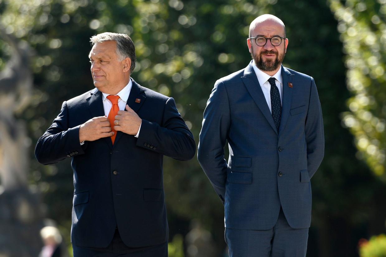 Hongaars premier Viktor Orbán en voorzitter van de Europese Raad Charles Michel. Beeld Photo News
