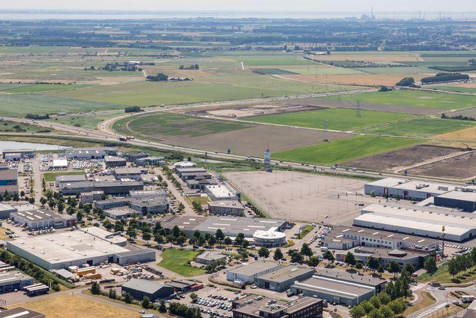 Het bestaande bedrijventerrein De Poel met daarachter het gebied waar het nieuwe bedrijvenpark moet komen.