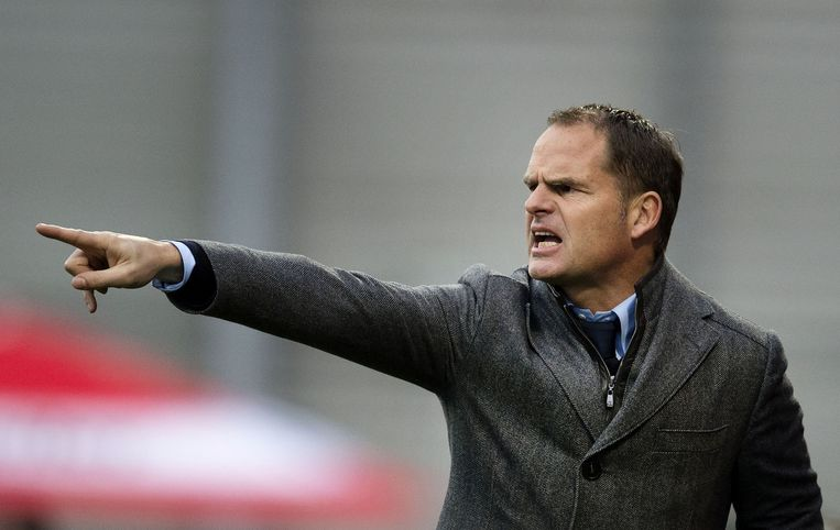 Coach Frank de Boer geeft aanwijzingen tijdens de wedstrijd. Beeld anp