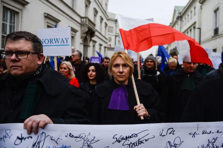 In januari 2020 reisden rechters vanuit de hele EU af naar Warschau voor een portestmars die de aandacht moest vestigen op de Poolse rechtsstaat.  Beeld Getty Images