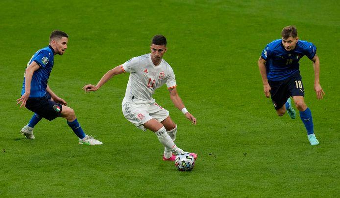 Jorginho (links) en Barella (rechts) zetten de Spanjaard Torres onder druk.