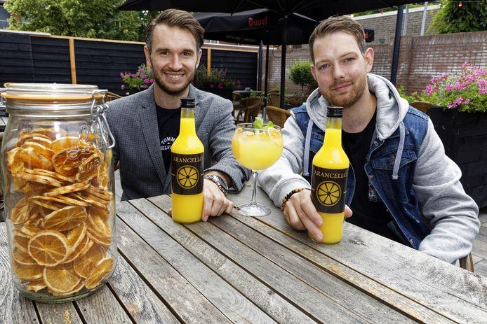 Aaron van Hintum (links) en Glenn van den Hurk komen met een nieuw zomerdrankje: H&H Arancello.