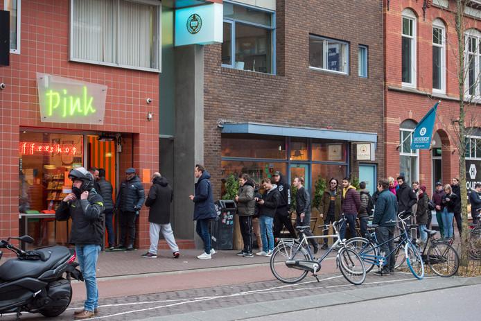 EINDHOVEN ED2020-3345 Bij de Coffeeshops in de regio ontstond er al snel en groete rij na het aankondigen van de horecasluiting, zo ook hier bij de Pink aan de Willemstraat