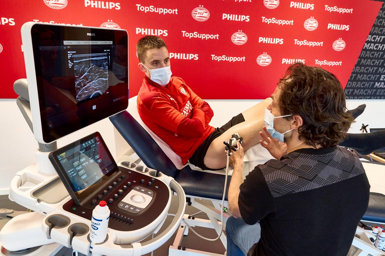 PSV en Philips werken samen met het St. Anna Ziekenhuis. Clubdokter Wart van Zoest verricht hier onderzoek bij PSV'er Ryan Thomas.
