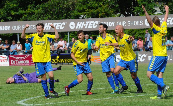 Voetbalvereniging Oostkapelle gaat de samenwerking met buurman Domburg mogelijk intensiveren. Dat kan uitmonden in een fusie.