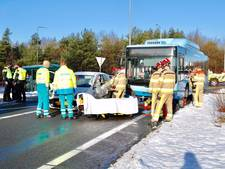 Auto botst op bus bij afrit A50