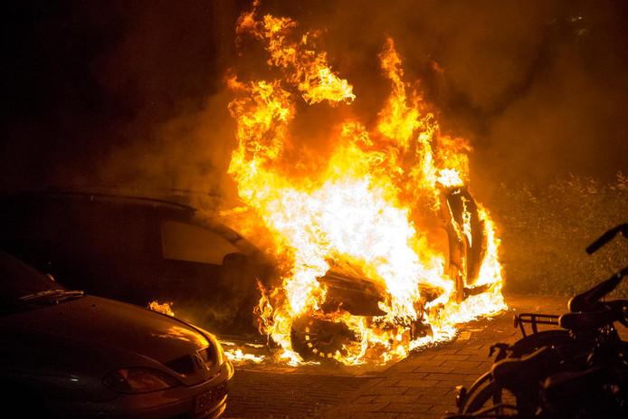 Een brandende auto. Dit is niet de auto die gisterenavond in de brand vloog.