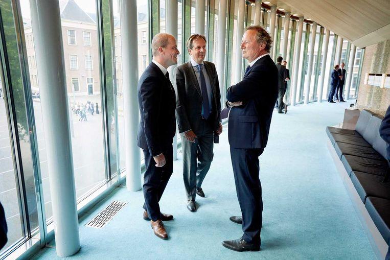 Bram van Ojik met Diederik Samsom en Alexander Pechtold in de wandelgang achter de grote vergaderzaal. Beeld anp