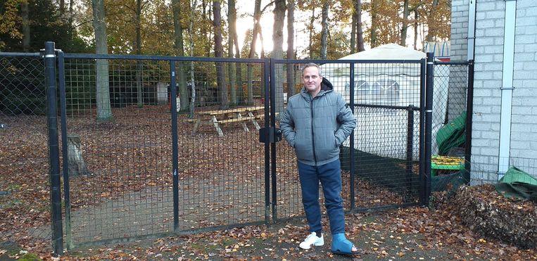 DJ F.R.A.N.K aan de schoolpoort van wijkschooltje Elshout
