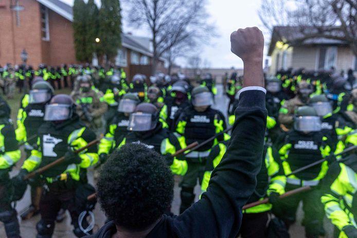 Maandagavond, twee uur nadat de avondklok was ingegaan, kwamen tientallen manifestanten samen aan het politiebureau in Brooklyn Center, een voorstad van Minneapolis.