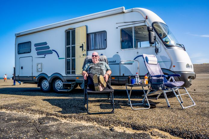 Andreas (55) voor zijn camper op de Brouwersdam. ,,Dit is een heel veilige manier van reizen.''