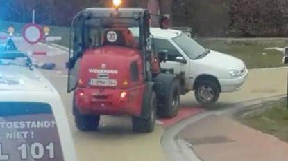 Politie escorteert heftruck die auto vervoert