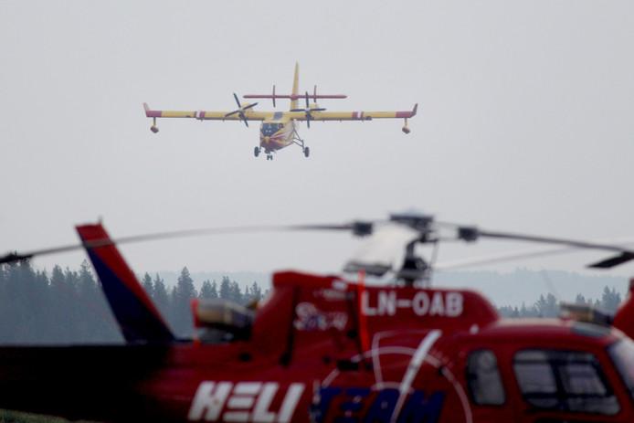 Een Frans vliegtuig helpt bij bestrijding van de bosbranden in Zweden.